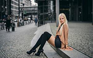 Hintergrundbilder Blond Mädchen Sitzen Bein Blick Bokeh Long Socken Franziska