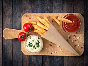 Hintergrundbilder Pommes frites Tomaten Ketchup Schneidebrett Tüte Von oben rosemary das Essen