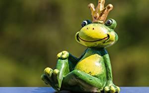 Fotos Frosche Spielzeuge Krone Bokeh Sitzend ein Tier