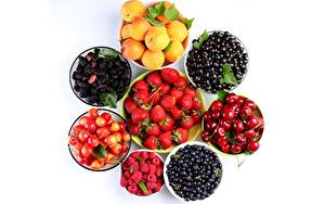 Hintergrundbilder Obst Beere Himbeeren Erdbeeren Kirsche Meertrübeli Marille Brombeeren Heidelbeeren Weißer hintergrund das Essen