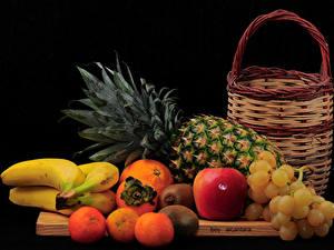 Bilder Obst Weintraube Ananas Bananen Zitrusfrüchte Äpfel Schwarzer Hintergrund Weidenkorb