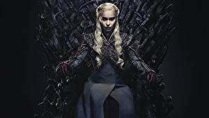 Bakgrunnsbilder Game of Thrones Emilia Clarke Daenerys Targaryen Sitter Tronstol Blonde Film Kjendiser Unge_kvinner