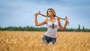 Fotos Georgiy Dyakov Acker Blond Mädchen Posiert Shorts Unterhemd Haar Mädchens