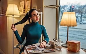 Hintergrundbilder Tisch Lampe Brünette Sitzen Lächeln Starren Kleid Georgiy Dyakov junge frau