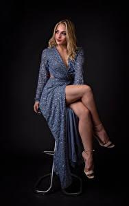 Bilder Blond Mädchen Sitzt Pose Kleid Bein Geraldine Mädchens