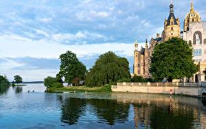 Desktop hintergrundbilder Deutschland Burg Flusse Bäume Schwerin Castle Städte