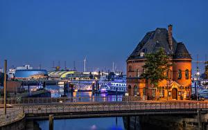 Bilder Deutschland Hamburg Abend Gebäude Flusse Brücke Bootssteg Zaun Städte
