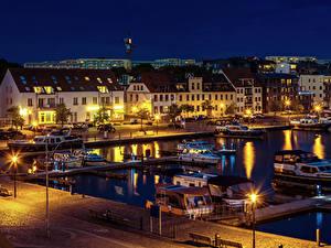 Hintergrundbilder Deutschland Gebäude Fluss Bootssteg Motorboot Nacht Straßenlaterne Waren Städte