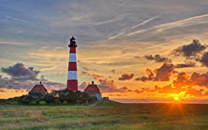 Fotos Deutschland Leuchtturm Sonnenaufgänge und Sonnenuntergänge Himmel Wolke Sonne Gras Holstein