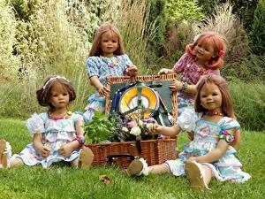 Desktop hintergrundbilder Deutschland Parks Puppe Kleine Mädchen Weidenkorb Gras Grugapark Essen