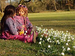 Bilder Deutschland Parks Maiglöckchen Puppe 2 Kleine Mädchen Brille Grugapark Essen Natur