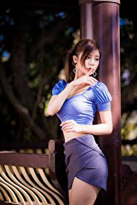 Fotos Gestik Asiaten Posiert Rock Bluse Hand Braune Haare junge frau