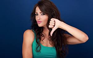 Bilder Gestik Brünette Haar Starren Hand Farbigen hintergrund