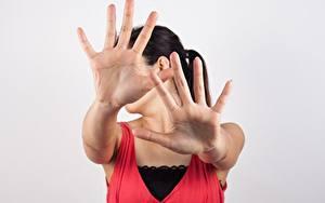 Fotos Gestik Hand Posiert Brünette Grauer Hintergrund junge frau