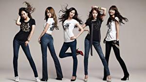 Bureaubladachtergronden Pose Glimlach Brunette meisje Grijze achtergrond T-shirt Handen Benen Jeans Girls Generation, Korean Beroemdheden Jonge_vrouwen