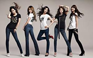 Bilder Pose Lächeln Brünette Grauer Hintergrund T-Shirt Hand Bein Jeans Girls Generation, Korean Prominente Mädchens