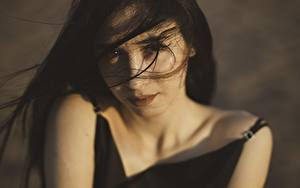 Hintergrundbilder Starren Brünette Haar Windig Gesicht