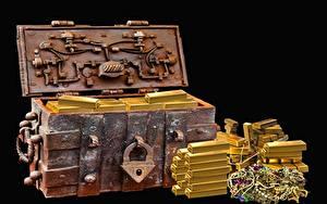 Bilder Gold Schmuck Schwarzer Hintergrund Schatztruhe Barren Metall