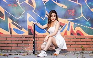 Hintergrundbilder Graffiti Asiatische Braune Haare Rock Hand Bein Sportschuhe Baseballschläger Mädchens
