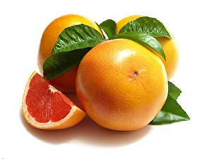 Fotos Grapefruit Großansicht Weißer hintergrund Stücke Blatt das Essen