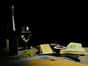 Bilder Weintraube Käse Wein Schwarzer Hintergrund Flasche Weinglas