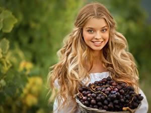Bilder Weintraube Haar Blond Mädchen Frisur Lächeln Schön Bokeh