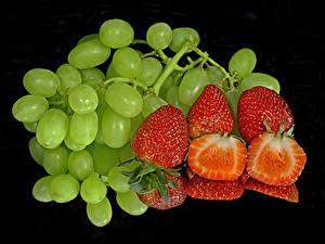 Fotos Weintraube Erdbeeren Schwarzer Hintergrund Spiegelung Spiegelbild