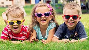 Fotos Gras Drei 3 Ruhen Lachen Fröhlicher Brille Jungen Kleine Mädchen