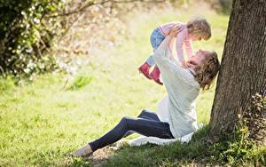 Fotos Gras Baumstamm Zwei Sitzt Blond Mädchen Kleine Mädchen Fröhliches Kinder