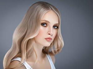 Fotos Grauer Hintergrund Blondine Gesicht Starren Mädchens