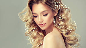 Hintergrundbilder Grauer Hintergrund Blondine Haar Gesicht Schöne Frisuren Model junge frau