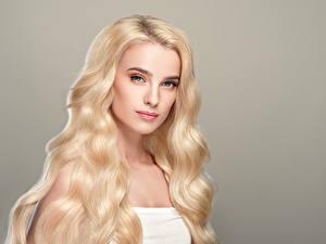 Fotos Grauer Hintergrund Blondine Haar Blick