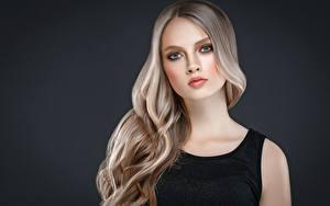 Bilder Grauer Hintergrund Blond Mädchen Haar Blick Schön Mädchens