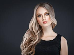 Bilder Grauer Hintergrund Blond Mädchen Haar Blick Schöner junge frau