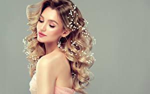 Hintergrundbilder Lockige Grauer Hintergrund Blond Mädchen Frisuren Schönes Junge frau
