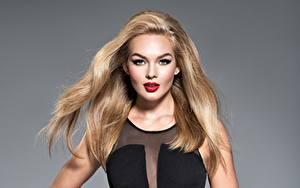 Fotos Grauer Hintergrund Blond Mädchen Make Up Blick Haar junge Frauen