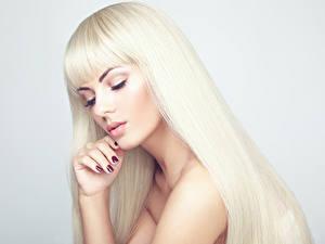 Fotos Grauer Hintergrund Blondine Make Up Haar Hand Maniküre junge Frauen