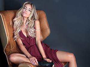 Hintergrundbilder Grauer Hintergrund Blond Mädchen Sitzen Kleid Blick Hand Sessel Mädchens