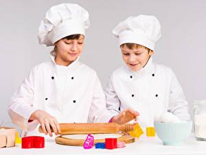 Hintergrundbilder Grauer Hintergrund Junge 2 Küchenchef Mütze Kinder