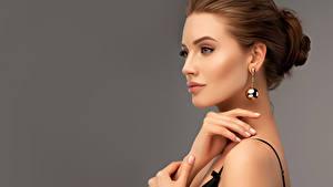 Hintergrundbilder Grauer Hintergrund Braune Haare Ohrring Hand Model junge frau