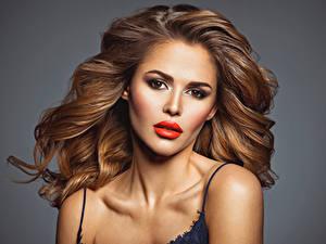 Fotos Grauer Hintergrund Braune Haare Gesicht Rote Lippen Haar Mädchens