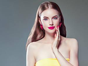 Fotos Grauer Hintergrund Braunhaarige Blick Ohrring Hand Maniküre Rote Lippen junge Frauen