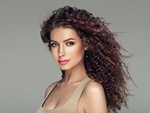 Bilder Grauer Hintergrund Braune Haare Haar Blick Schön Gesicht Frisuren Mädchens