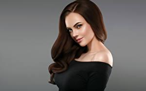 Bilder Grauer Hintergrund Braunhaarige Haar Starren Schön Mädchens