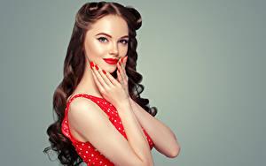 Fotos Grauer Hintergrund Braunhaarige Haar Hand Rote Lippen Maniküre Starren Schön Mädchens