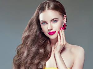 Fotos Grauer Hintergrund Braune Haare Haar Rote Lippen Hand Maniküre Blick Mädchens