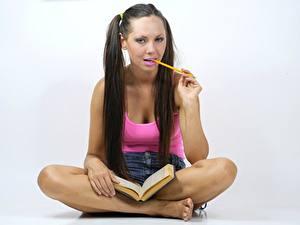 Hintergrundbilder Grauer Hintergrund Braune Haare Sitzen Buch Bleistifte Hand Bein Studentin Mädchens