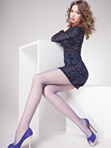 Hintergrundbilder Grauer Hintergrund Braune Haare Sitzend Blick Kleid Bein High Heels Mädchens