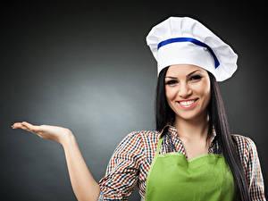 Hintergrundbilder Grauer Hintergrund Brünette Küchenchef Mütze Hand Lächeln Mädchens