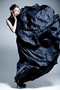 Fonds d'écran Fond gris Cheveux noirs Fille Les robes Main